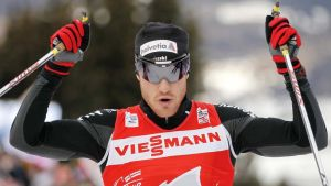 Dario Cologna tuulettaa Tour de Ski -voittoaan.