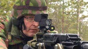 Kersantti tähtää ilmatorjuntakonekiväärillä kertausharjoituksissa.