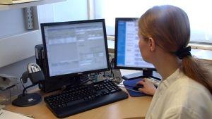 Lääkäri tutkii potilaan tietoja potilastietojärjestelmästä.