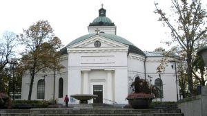 Hämeenlinnan valkoinen kirkko muistuttaa Pantheonia