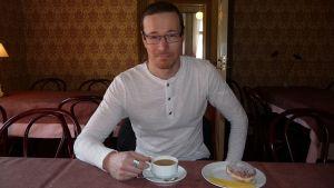 Timo Salmenkivi kahvipöydässä.