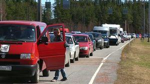 Autot jonottavat Vaalimaan raja-asemalla.