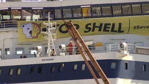 Stop Shell -banderolli kiinnitettynä jäänmurtaja Nordicaan.