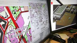 Maanmittauslaitoksen karttoja tietokoneen ruudulla.