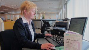 Toimialajohtaja Ulla Kauppila Meri-Lapin te-toimistosta tietokoneen ääressä.