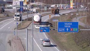 Kokkolan Eteläväylällä liikenne lisääntyy.