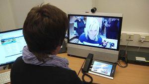 Etäpalvelussa valtionhallinnon asiantuntija tavoitetaan videoyhteyden avulla.