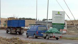 Autoja jonottamassa Mustankorkean jätteenkäsittelykeskukseen.