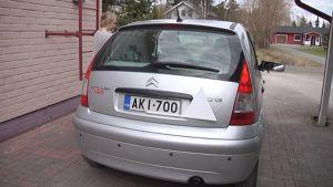 Ajo-opetuksesta kertova valkoinen varoituskolmio kiinnitettynä henkilöautoon.