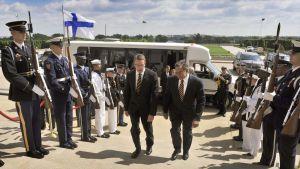 Yhdysvaltain puolustusministeri Leon Panetta ottaa suomalaiskollega Stefan Wallinin vastaan