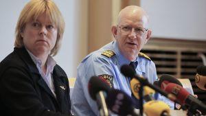 Syyttäjä Solveig Wollstad ja ampumisten päätutkija Börje Sjöholm lehdistötilaisuudessa.