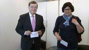 Paavo Väyrynen äänestämässä Vuokko-vaimonsa kanssa ennakkoon keskustan puheenjohtajaäänestyksessä.