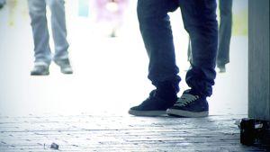 Nuoria kuvattuna kadulla pelkät jalat näkyvissä.
