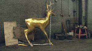 Rikkoontunut kultainen kauris -patsas varastossa
