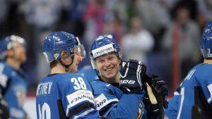 Juuso Hietanen ja Tuomas Kiiskinen hymyilevät.