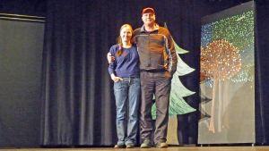 Ulla Schroderus ja Hannu Kemppainen seisovat Teatteri Retikan lavalla
