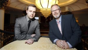 Savonlinnan oopperajuhlien uusi taiteellinen johtaja Jorma Silvasti (oik.) ja oopperajuhlien festivaalijohtaja ja Savonlinnan Oopperajuhlat Oy:n toimitusjohtaja Jan Strandholm.