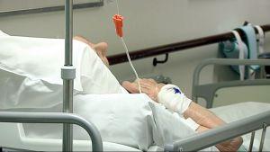 Potilas sairaalan sängyssä.