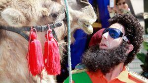 Näyttelijä Sacha Baron Cohen poseeraa kamelin kanssa Cannesin elokuvajuhlilla Ranskassa.