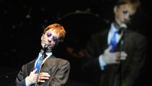 Bee Gees -yhtyeen laulaja Robin Gibb keikalla Varsovassa toukokuussa 2011.