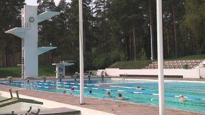 Ihmisiä uimassa Porin maauimalassa.