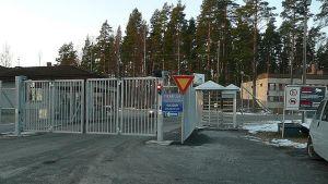 Räjähdeainetehtaan suljettu portti.