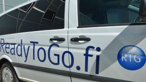Pakettiauton kyljessä teksti ReadyToGo.fi.