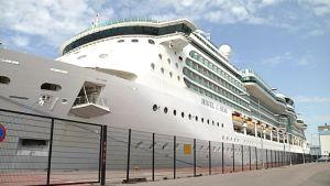 Jewel of the Seas saapui ensimmäisten risteilyalusten joukossa Helsinkiin.
