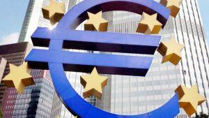 Euron symboli Euroopan keskuspankin  pääkonttorin edustalla Frankfurtissa.