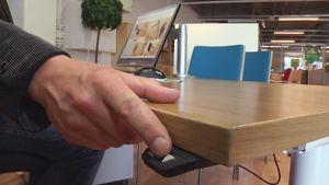 Sähkökäyttöisen työpöydän korkeutta säädetään.