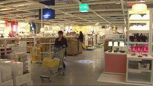 Asiakkaita Kuopion Ikeassa avajaispäivänä