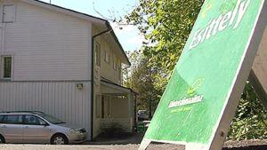 Asuntoesittely-kyltti pientaloalueella
