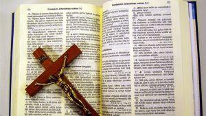 Krusifiksi avatun raamatun päällä