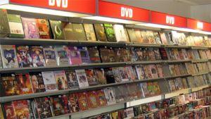 DVD-levyjä kaupan hyllyssä.