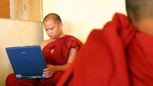 Buddhalaismunkki käyttää kannettavaa tietokonetta arkistokuvassa vuodelta 2004.