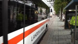 Lahden Liikenteen linja-auto pysäkillä