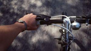 Mies ajaa polkupyörällä.