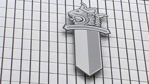 Poliisin tunnus Vantaan poliisitalon seinässä.