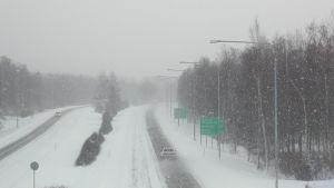 Lumipyry moottoritiellä.