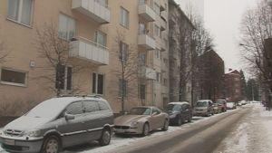 Autoja ja kerrostaloja helsingissä talvella.