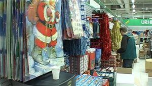 Joulutavaroita kaupassa
