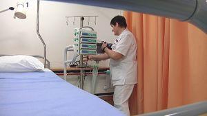 Hoitaja testaa laitteita uudessa aivohalvausyksikössä Tampereella