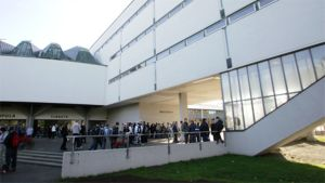 Oppilaita Sampolan koulun pihalla Tampereella