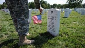Amerikkalaissotilas laski Yhdysvaltain lipun Irakissa menehtyneen toverinsa haudalle toukokuussa Arlingtonissa.