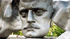 Helsingin Sibelius-monumentin kasvokuva.