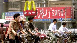 Kiinalaisia kadulla McDonald's-ravintolan edustalla