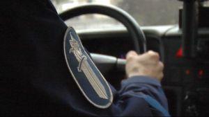 Poliisi ajaa poliisiautoa.