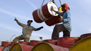 Öljytynnyreitä lastataan laivasta Jakartassa Indonesiassa