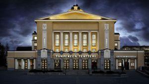Tampereen teatteri iltavalaistuksessaan