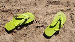 Varvassandaalit hiekkarannalla